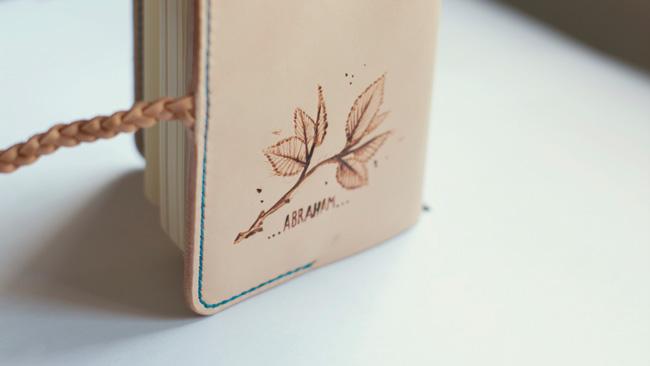 Funda de cuero personalizada para libreta tipo Moleskine. Parte trasera